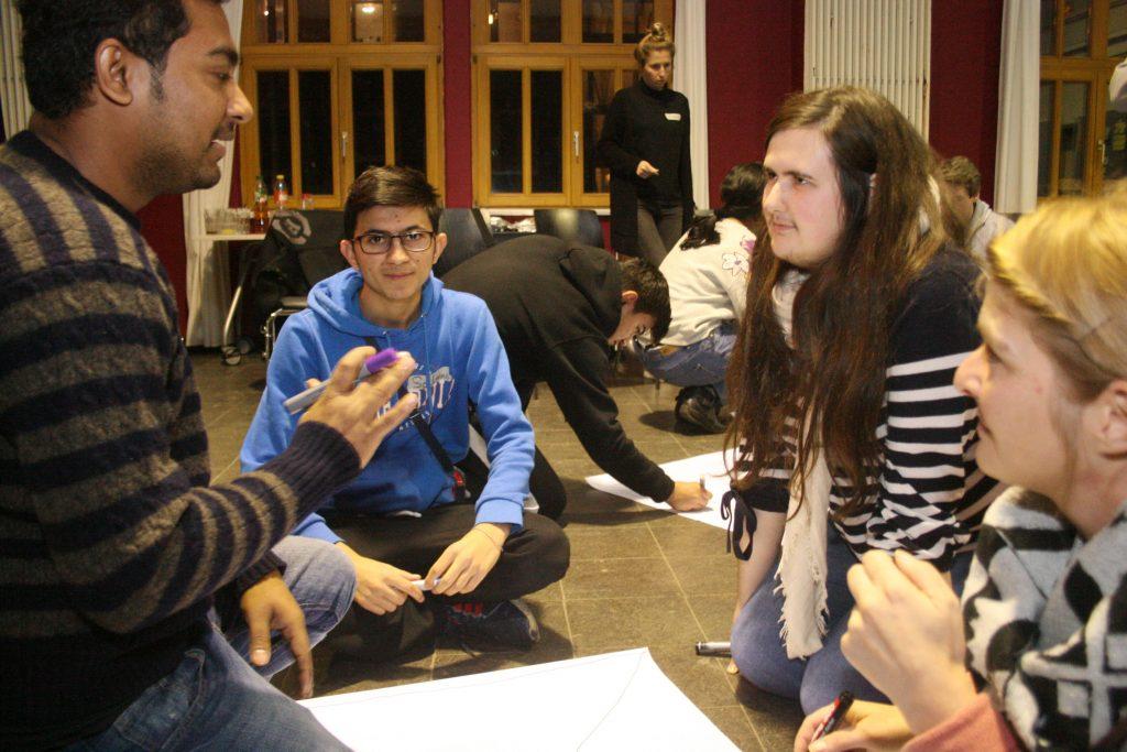 Die Gruppe diskutiert und erstellt Plakate.