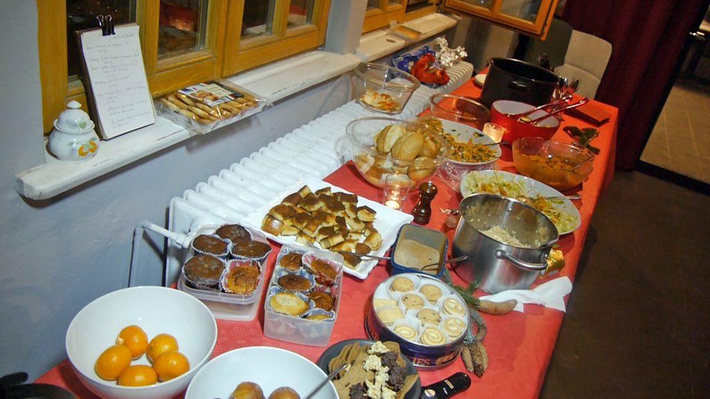 Ein Tisch voller Essen.