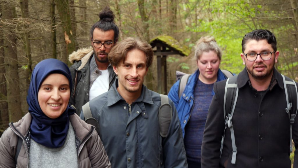 Die Gruppe wandert durch einen Wald.