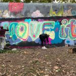Es wird fleißig am Graffiti gesprayed.