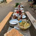 Ein gedeckter Tisch erwartet die Gäste.