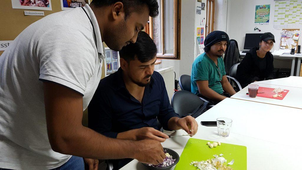 Die Gruppe bereitet Essen zu.