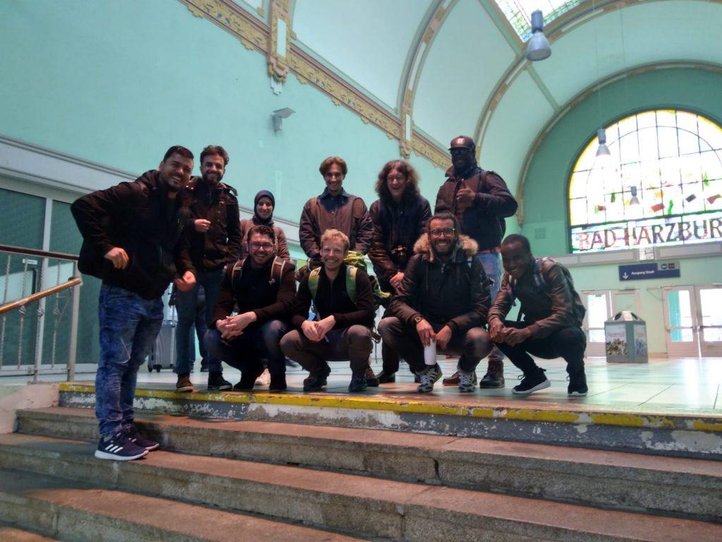 Die Gruppe posiert an einer Treppe für ein Gruppenfoto.