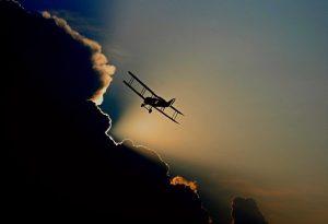 Ein Flugzeug fliegt.