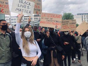 Viele Menschen protestieren auf der Straße für Black Lifes Matter.