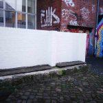 Eine weiße Wand auf der ein Kunstwerk entstehen soll.