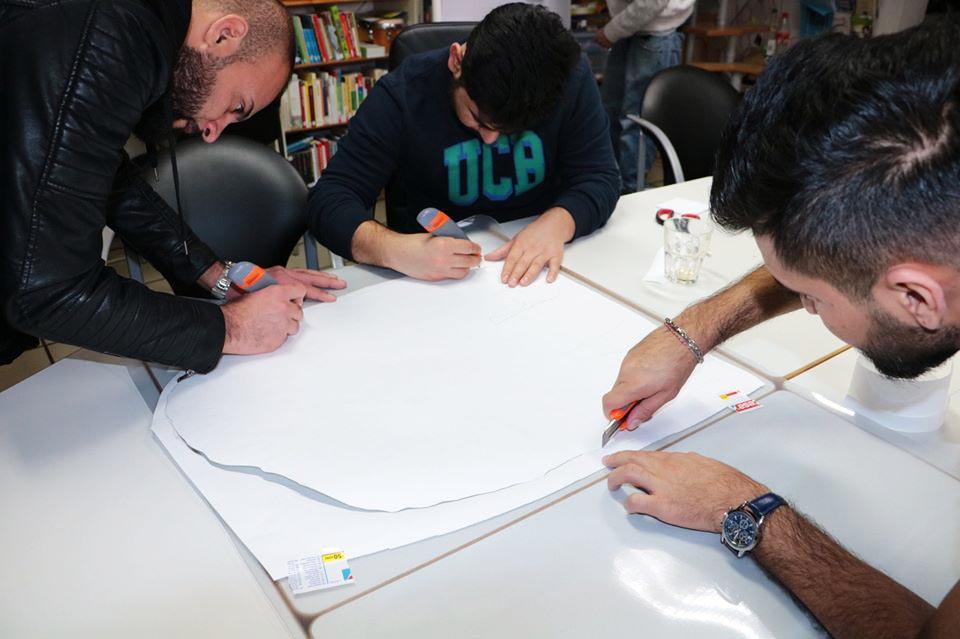Die Gruppe schreibt auf ein Plakat.