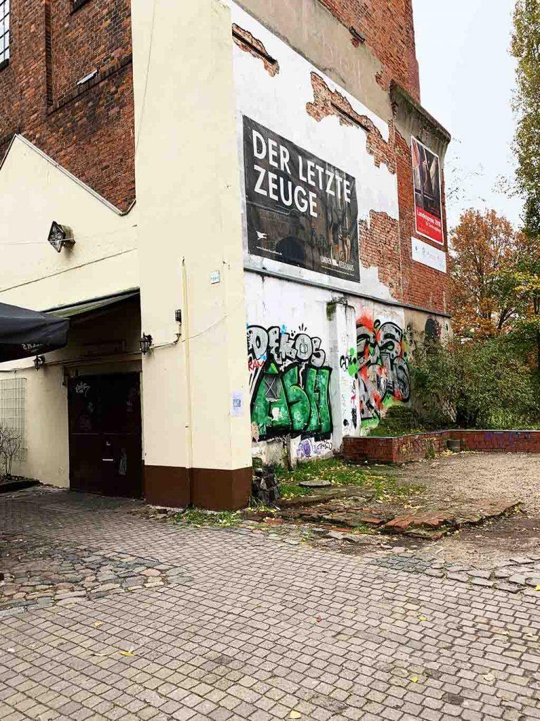 Eine Ansicht eines Graffitis auf einer Hauswand.
