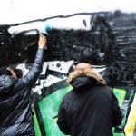 Die Teilnehmer sprayen ein Bild an die Wand.