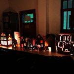Ein Tisch ist feierlich mit Lichtern geschmückt.