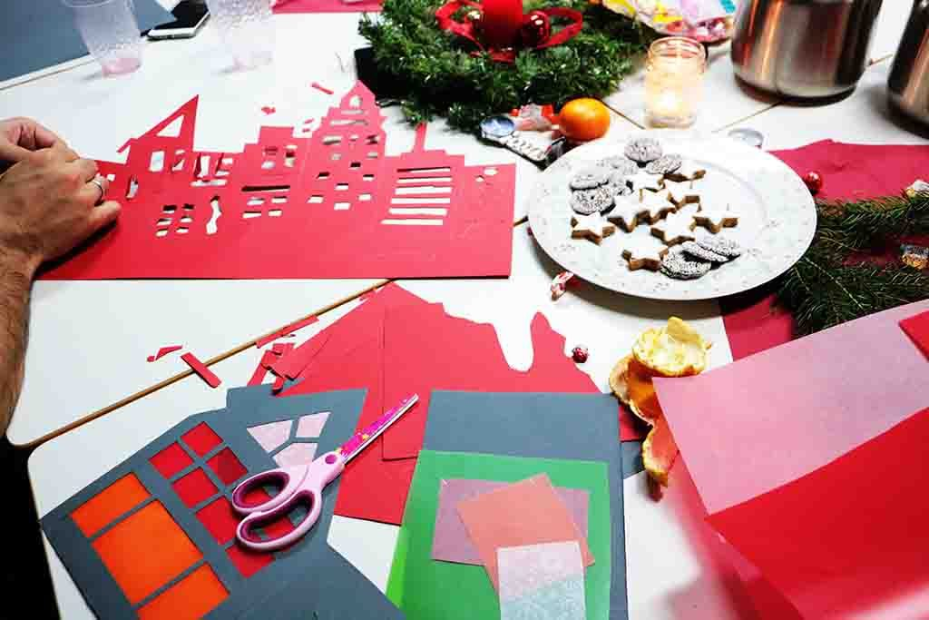 Auf einem Tisch sind Materialien zum Basteln von Weihnachtslichtern ausgebreitet.