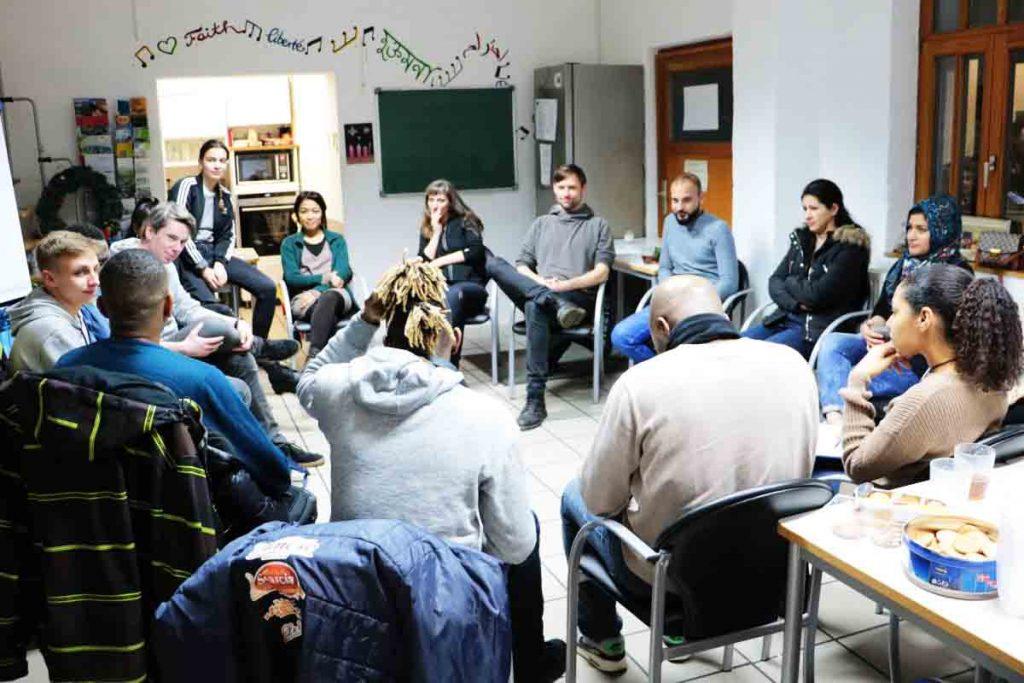 Die Gruppe sitzt in einem Sitzkreis.