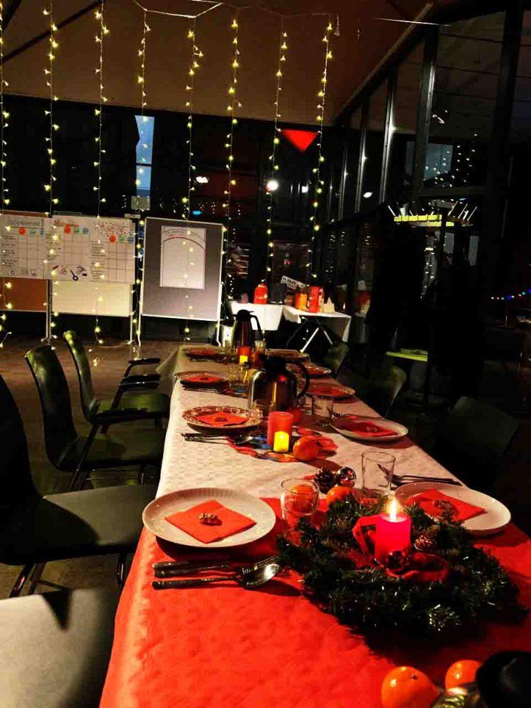 Ein geschmückter Tisch erwartet die Gäste.