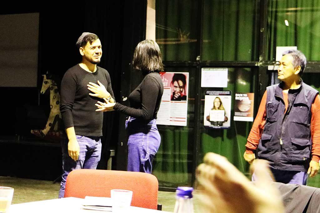 Die Gruppenleiterin und ein Teilnehmer präsentieren etwas für die Gruppe.