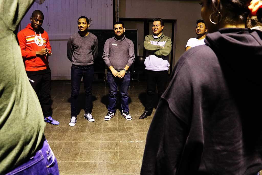 Die Gruppe steht und hört zu.