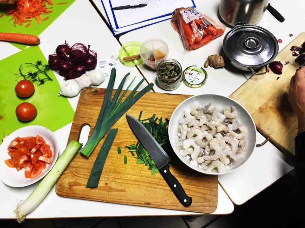 Ein Tisch auf dem gerade Essen zubereitet wird.
