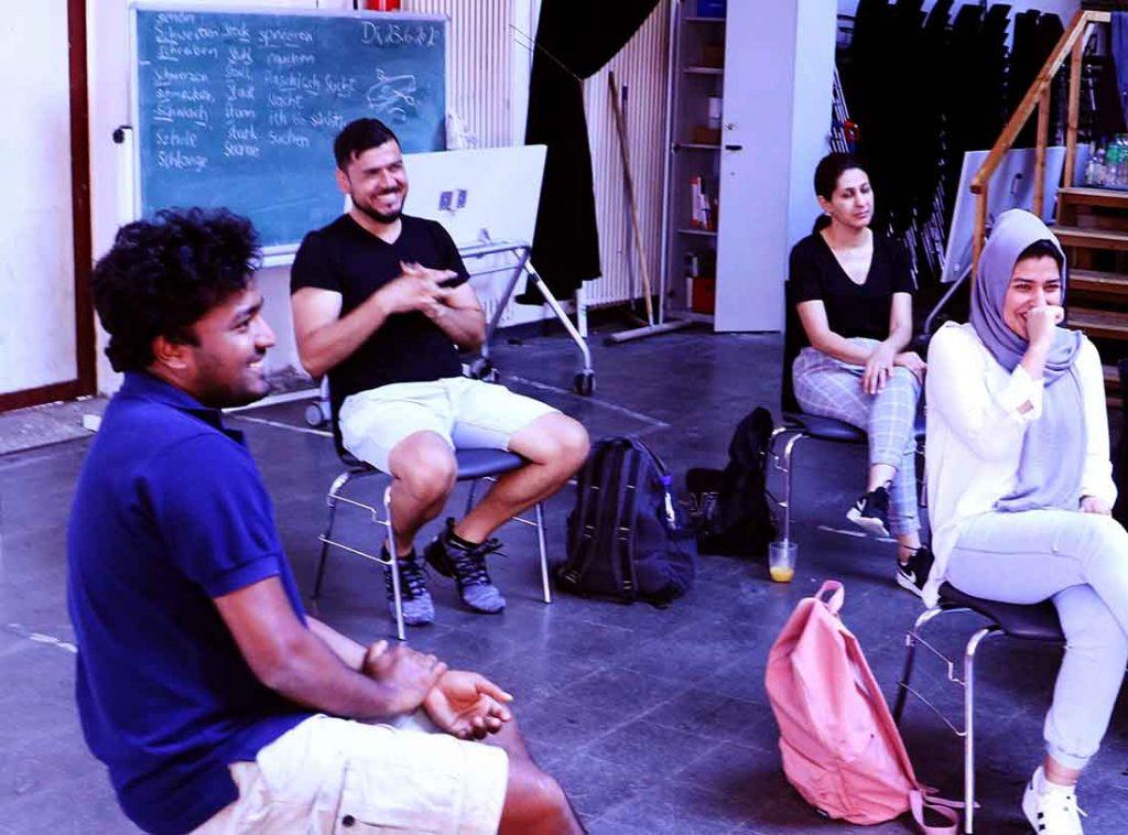 Die Gruppe sitzt im Kreis und redet.