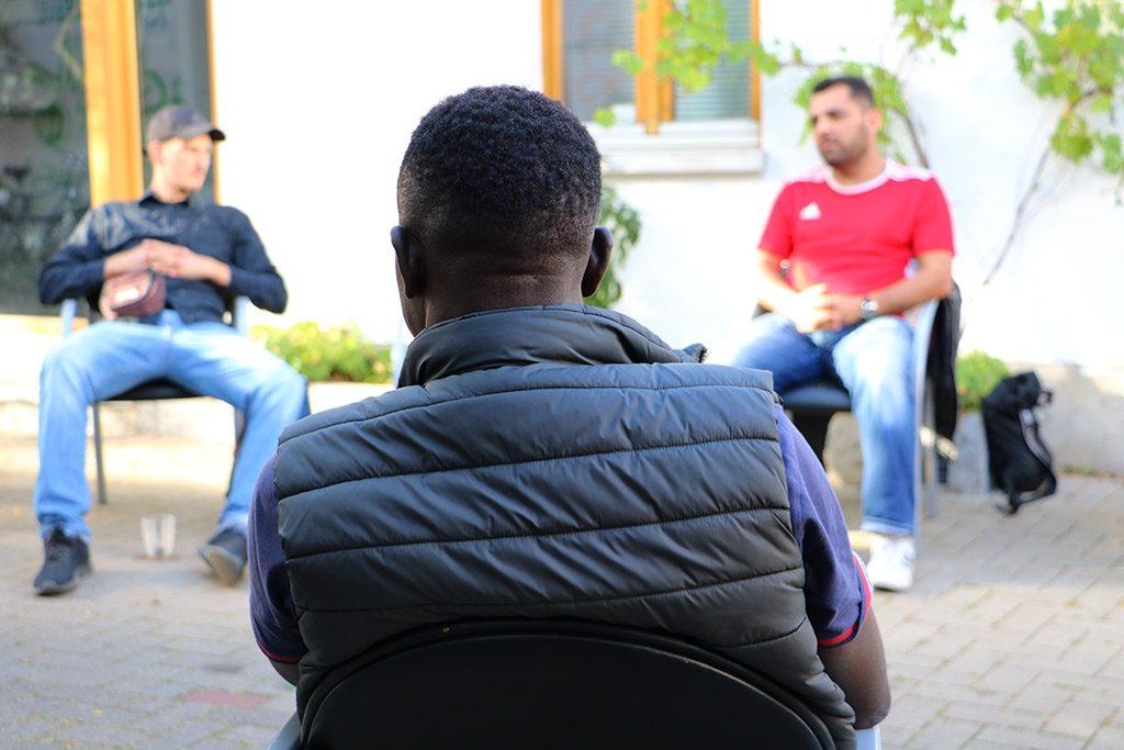 Ein junger Mann hört interessiert zu.