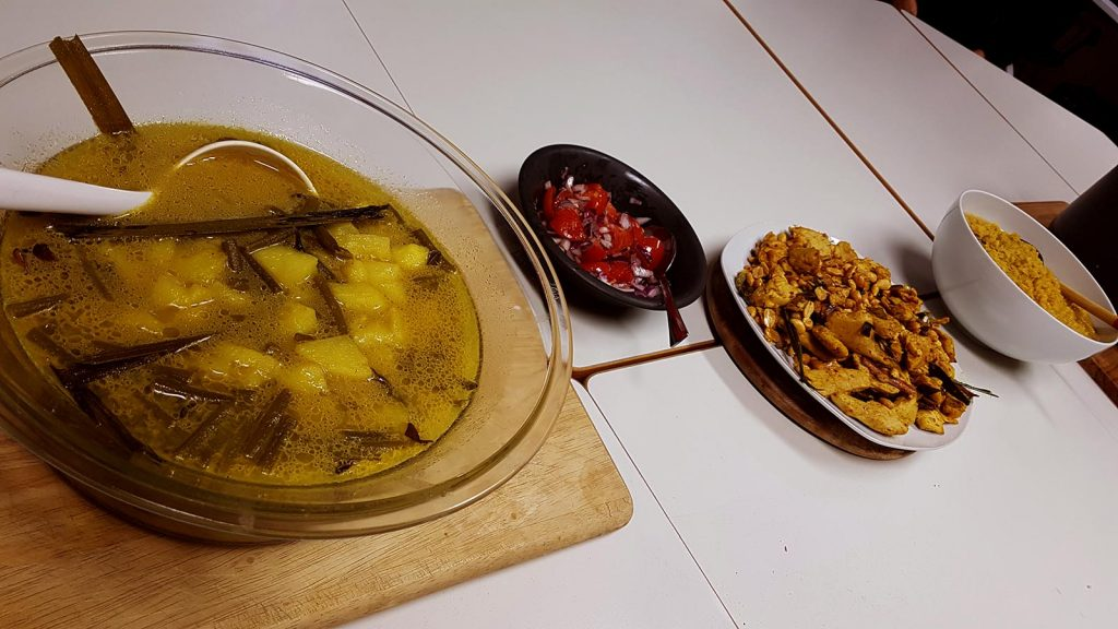 Alle zubereiteten Gerichte haben sich hübsch in einer Reihe zu einem Gruppenfoto versammelt. Eine Suppe drängt etwas sich in den Vordergrund, während ein Salat mit Tomaten und Zwiebeln sich schüchtern hinter einem großen Teller mit Hühnchen versteckt. In der Ferne präsentiert eine Schale stolz eine Soße.