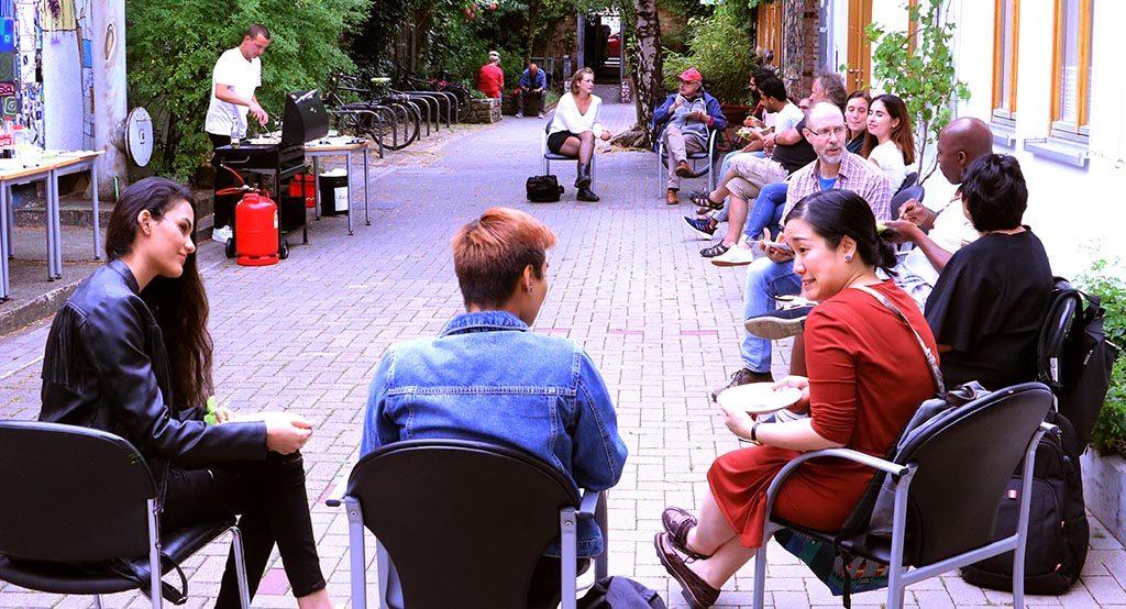 Die Gruppe sitzt im Kreis, isst und redet.