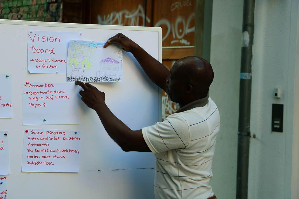 Ein Mann präsentiert sein Vision Board.