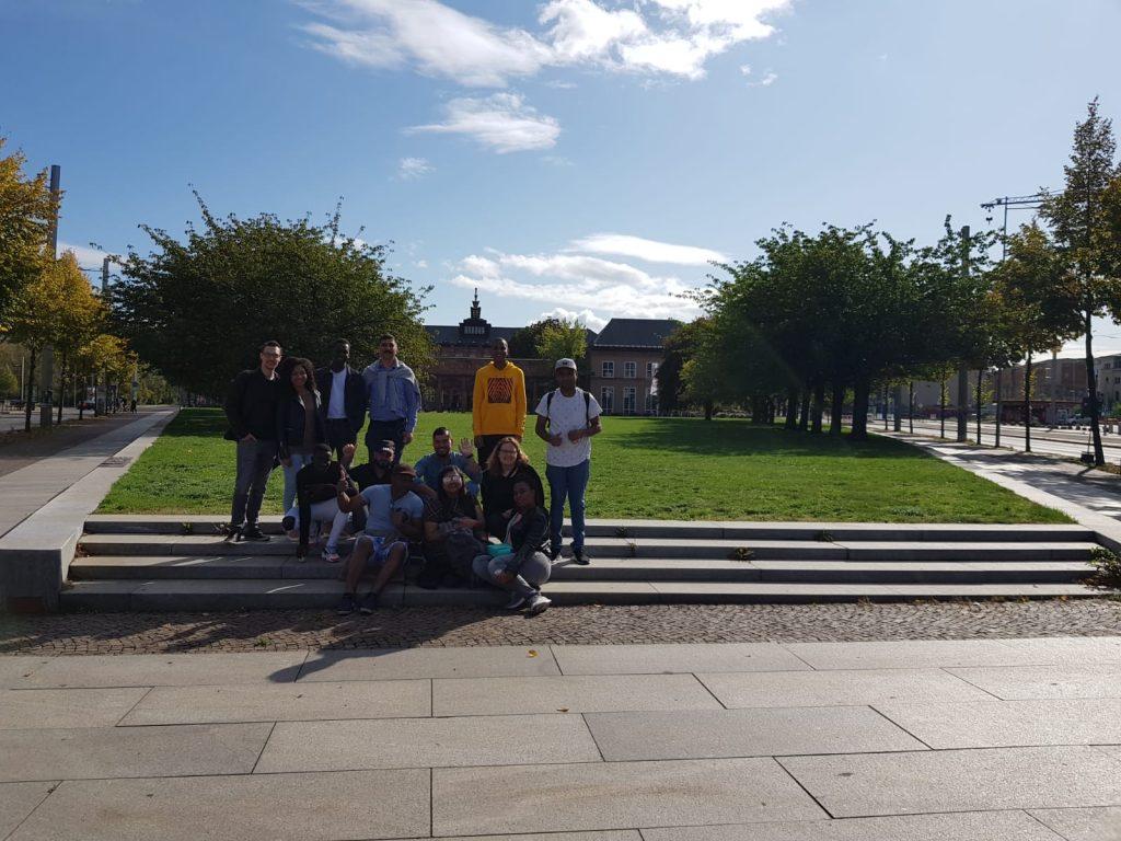Die Gruppe posiert auf einer Treppe im Park.