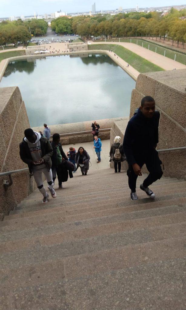 Die Gruppe geht eine Treppe hoch.