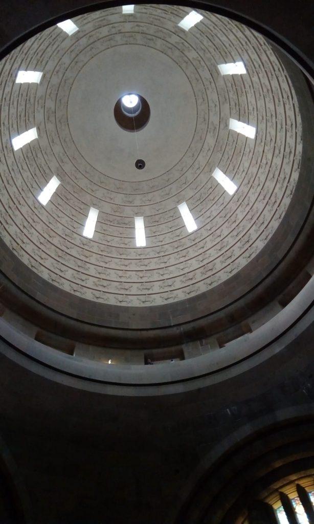 Eine Dachkuppel von unten betrachtet.