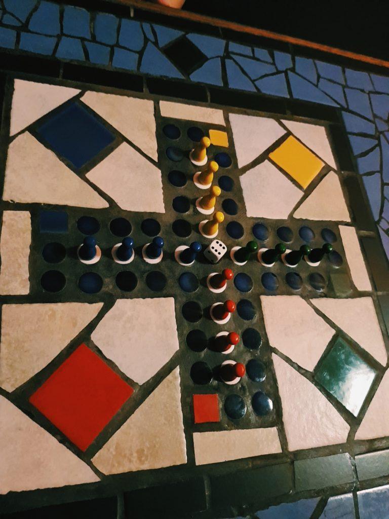 Ein buntes Mosaikkreuz.