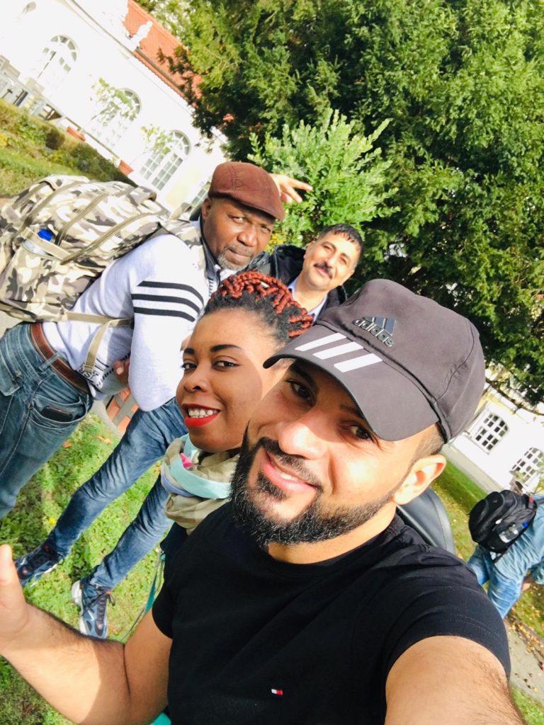 Die Gruppe posiert für ein Gruppenfoto.