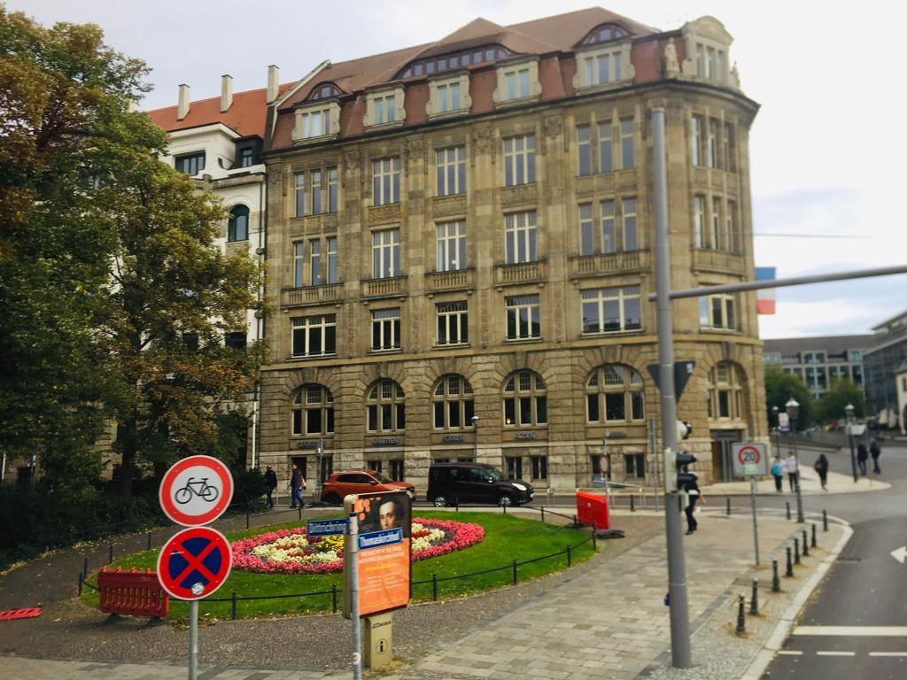 Ein altes Gebäude an einer Straßenkreuzung.