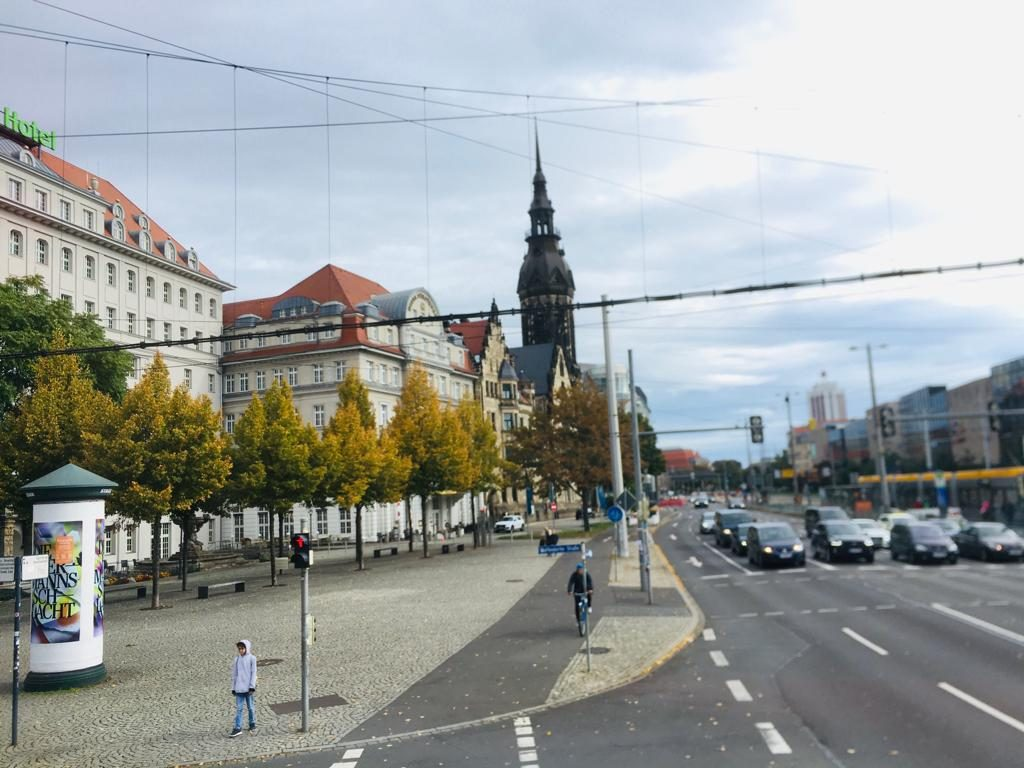 Eine belebte Straße in Leipzig.