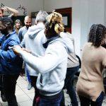 Die Gruppe tanzt.
