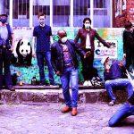 Die Gruppe posiert mit Corona Schutzmasken für ein Gruppenfoto.