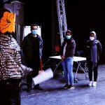 Die Gruppe trägt Corona Schutzmasken und die Gruppenleiterin trägt eine Tigermaske aus Papier.