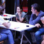 Drei Leute sind in ein Gespräch vertieft.