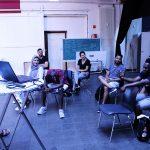 Die Gruppe lauscht einer Präsentation.