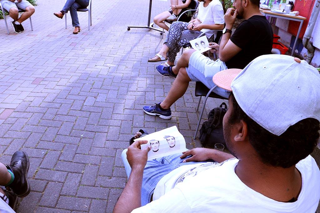 Die Gruppe schaut sich Bilder an.